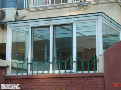 海淀恩济里小区一楼小院封闭阳光房钢化玻璃顶加断桥铝窗